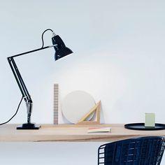 Skrivebordslampe fra Anglepoise original 1227 er en unik designlampe i flere varianter. Fås også som pendel, væglampe og gulvlampe. Få design på kontoret. www.moffice.dk