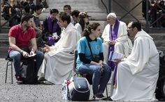 Piazza San Pietro, il Papa a sorpresa confessa i giovani -