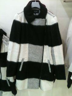 crno bijeli kaput.
