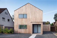 Holzhaus mit Satteldach ohne Dachüberstand, vertikale Holzverkleidung