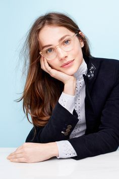 Wear clear glasses, be different, not jut look like any pop stars or your peers. Do you want distinct look. If all answers are NO, clear glasses are the Cute Glasses, Glasses Frames, Glasses Trends, Lunette Style, Eyewear Trends, Womens Glasses, Neue Trends, Female Models, Beautiful People