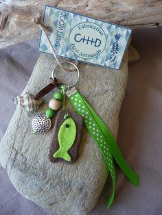 Porte clés et/ou bijou de sac en bois flotté et coquillage vert : Autres bijoux par c-driftwood http://www.alittlemarket.com/boutique/c_driftwood-1849323.html
