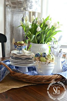 Spring Kitchen Table Vignette from StoneGable Decoration Table, Table Centerpieces, Easter Centerpiece, Spring Kitchen Decor, Kitchen Vignettes, Kitchen Tables, Dining Tables, Coffee Tables, Kitchen Island