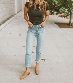 Faded jeans with simple Nisolo Mariella Mules. Source by nisoloshoes outfits jeans Outfit Jeans, Mom Jeans Outfit Summer, Blue Jeans, Skinny Jeans, Jean Outfits, Casual Outfits, Fashion Outfits, Womens Fashion, Outfits