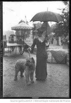 Exposition canine [22 mai 1912, au Jardin des Tuileries, vue d'un chien et de sa maîtresse] : [photographie de presse] / [Agence Rol] - 1