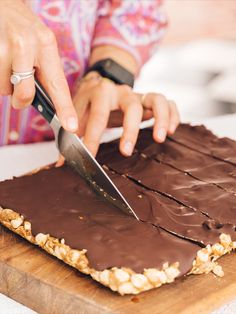 This deliciously easy, no-bake and healthy snickers bar recipe will have you and your friends drooling (hmm.to be honest they're quite hard to share). The perfect combination of crunch, cacao and peanut butter magic. Snickers Bars Recipe, Roasted Peanuts, Melting Chocolate, Rice Krispies, Healthy Desserts, Super, Peanut Butter, Baking, Cake