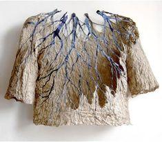 """Elle est finlandaise, de Helsinki et crée des oeuvres textiles mixées à des fibres, du papier er d""""autres matériaux encore. Elle se nomme Reija Jokinen"""