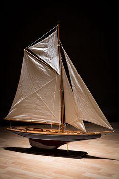 Boot Fans aufgepasst! Dieses Modellboot und weitere interessante Artikel gibt es in unserem Aubaho-Shop. Eine dekorative Arbeit im antiken Stil. Das Segelboot dient nicht nur zum Sammeln, sondern auch als ideales Geschenk. Es dient als Blickfang im Regal, Zimmer und im Haus. #werbung #aubaho #ship #boot #dekoration #boat #decoration #auktionshausbadhomburg #antik #vintage #antique #design #art #room #living #home #wohnen #creative #kreativ #diyaubaho #design #modellschiff #detail