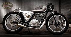 And a Suzuki GS Found on motor-forum. Suzuki Cafe Racer, Cafe Racers, Suzuki Cars, Pink Motorcycle, Motorcycle Trailer, New Motorcycles, Cafe Racer Motorcycle, Café Racer 125, Ducati