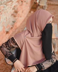 Image may contain: one or more people Stylish Hijab, Casual Hijab Outfit, Hijab Chic, Arab Girls Hijab, Muslim Girls, Hijabi Girl, Girl Hijab, Islamic Girl Pic, Hijab Jeans