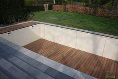 Terrasse en bois sur fond mobile de piscine dans un jardin