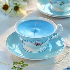 These gorgeous home-made candle designs are brilliant for putting decorative cup and saucer sets to good use. They work beautifully as DIY gifts that you can personalise and also look great as vintage wedding table centre-pieces. Candle Making At Home, Candle Making Business, Candle Cups, Teacup Candles, Homemade Candles, Diy Candles, Cup And Saucer Crafts, Homemade Business, Teacup Crafts