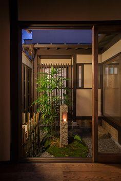 この町家の元々の姿『離れ』を忠実に再現するようにプランニングしました。母屋と離れをつなぐ渡り廊下に坪庭を配し、風通しの良いリビングが癒しの空間となっています。 Japanese Interior Design, Japanese Garden Design, Japanese House, Outdoor Areas, Outdoor Rooms, Japanese Architecture, Architecture Design, Zen Interiors, Japan Garden