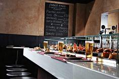 Tast, Mallorca Heerlijke tapas die je zelf van de bar kunt pakken. Hip tapas eten. Zeker een aanrader.