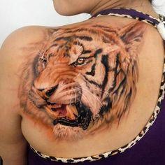 tatuaggio in 3d di tigre su una spalla