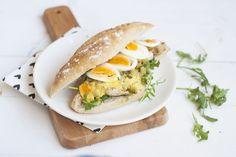 Een bekend broodje van de HEMA is die met Surinaamse kip en een superlekkere kerriesaus. Je kunt 'm thuis heel goed namaken! Blogger Annemieke vanSweet Little Kitchen vogelde het recept uit. Snijd de kipfilet in reepjes en smeer in met olijfolie en bestrooi met wat peper en zout.Verwarm een grillpan op het vuur en grill …