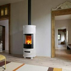 Wood-burning stove in Majolica with natural convection and radiation for heating spaces of up to 215 firebox heat output Into The Woods, Home Fireplace, Fireplaces, Fire Powers, Log Burner, Hearth And Home, Wood Burning, Foyer, Interior And Exterior