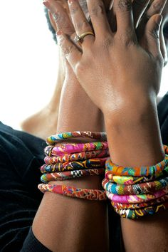 Jewelry Making Ideas fabric covered bangle bracelets - Make colorful diy african fabric bracelets with this tutorial. Easy and great for holiday gifts! Textile Jewelry, Fabric Jewelry, Wire Jewelry, Jewelry Crafts, Jewlery, Key Jewelry, Gold Jewelry, Fabric Bracelets, Fabric Necklace