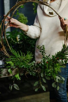 Modern or natural Christmas wreaths with fir branches. DIY Christmas wreath, natural wreaths, 2019 Christmas decor trend and tutorial to make beautiful Christmas wreaths. Christmas wreaths inspirations and DIY, grener branch wreaths Noel Christmas, Winter Christmas, Rustic Christmas, Simple Christmas, Minimalist Christmas, Christmas Ideas, Christmas Books, Grapevine Christmas, Christmas Greenery