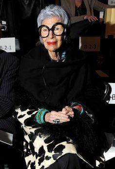 Iris Apfel in attesa della sfilata di moda di Joanna Mastroianni 2012 durante la Mercedes-Benz Fashion Week in The Studio al Lincoln Center il 15 febbraio 2012 a New York City http://coolechicstylefashion.blogspot.it/2012/08/iris-apfel-alla-sfilata-di-moda-di.html