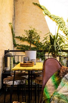 Botanical bedroom with balcony, colorful walls and industrial lighting - Renovation Botanical Bedroom, Mineral Paint, Industrial Lighting, Wall Colors, Chalk Paint, Balcony, Dining Chairs, Walls, Colorful