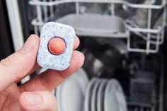 Opvasketabs er ikke kun brugbart til vaskemaskinen – faktisk kan den lille klump gøre underværker for dit toilet og din skraldespand. Læs med her og...