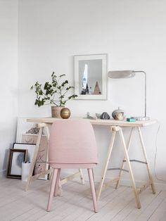 Workspace. Soft colors. Pastels. Wood. Simplicity. Scandinavian interior design. Hemmakontor med rosa stol – styling Emma Fischer foto mäklarbild Stadshem – Husligheter