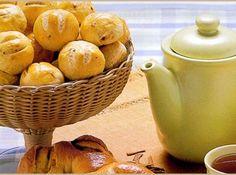 Receita de Sessão pães- Pão de Batata - 30 g de fermento para pão, 1 colher (sopa) de banha, 1 colher (sopa) de manteiga, 1 copo de leite morno (quase frio), 1 copo de açúcar refinado, 8 batatas médias, 1 colher (chá) de sal, 4 ovos, 1 kg de farinha, Recheio:, Tudo fica bom para rechear esse delicioso pão, mas a lingüiça tipo calabresa Nabrasa defumada ou provolone, ou caturiry, ficam especiais.