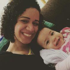 Tirando que as perninhas dela estão praticamente imóveis até que ela esta bem o que vocês acham? Tomou 4 vacinas tadinha da minha bebê. Passando pra avisar também que o vídeo de hoje vai sair só que mais tarde no momento estou me dedicando a ela.  www.mamaededois.com.br #boanoite #filha #baby #cacheada #sorriso #estamosbem #mamaededois #mamaededoisoficial
