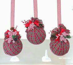 Como hacer esferas gigantes para exteriores Christmas Door, Christmas Bulbs, Xmas, Christmas Parties, Christmas Yard Decorations, Holiday Decor, Windmill Decor, Fabric Balls, Ball Ornaments