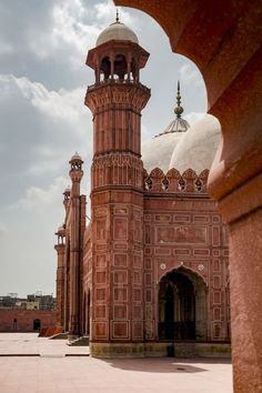 Badshahi mosque in Lahore, Pakistan Pakistan Art, Pakistan Travel, Lahore Pakistan, Mosque Architecture, Religious Architecture, Art And Architecture, Ancient Architecture, Great Buildings And Structures, Modern Buildings