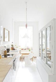 壁が隠れてしまっても、家具を白やベージュでまとめることで広く感じられます。