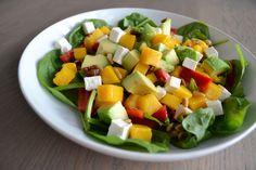 Salade van mango, spinazie, paprika, avocado en feta