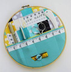 刺繍枠にポケット付きのファブリックを貼り、事務用品やソーイングセットなどのホルダーに!使わない時はこのままウォールデコにしても良いですよね。