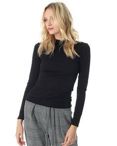Ελαστική μπλούζα με λαιμόκοψη ζιβάγκο. Χρώμα: Plum Σύνθεση: 95% πολυεστέρας 5% ελ. πολ. Μέγεθος μοντέλου: S