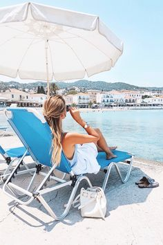 Relaxing on the beach | Greece: http://www.ohhcouture.com/2017/06/monday-update-51/ #leoniehanne #ohhcouture