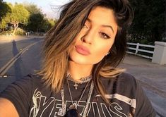Aprenda a fazer a maquiagem do dia a dia de Kylie Jenner - E aí, Beleza?