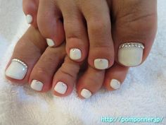 ホワイトに根元にストーンを置いたフットネイル nails placed in a stone base in white