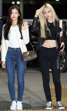 Lia and Yuna itzy airport fashion Fashion Idol, Kpop Fashion Outfits, Blackpink Fashion, Casual Outfits, Petite Fashion, Work Outfits, Curvy Fashion, Fashion Trends, Korean Airport Fashion