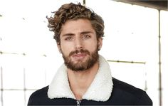 The Greatest Curly/Wavy Hair Kinds and Cuts for Males für Männer mit dem lockigen Haare The Greatest Curly/Wavy Hair Kinds and Cuts for Males - LastStepPin Wavy Haircuts, Curled Hairstyles, Haircuts For Men, Trendy Hairstyles, Wavy Hair Men, Long Curly Hair, Guys With Curly Hair, Hair And Beard Styles, Long Hair Styles