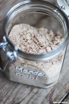Mandelmilch und Mandelmehl selbst herzustellen mag vielleicht kompliziert klingen, ist aber ganz simpel.