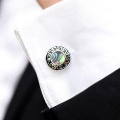 Butonii de camasa rotunzi sunt cea mai populara alegere pentru mirii eleganti, care apreciaza stilul clasic. Acesti butoni argintii fabricati din metal inoxidabil au mijloc colorat si model decorativ pe margini. Butonii pot fi purtati la camasa alba de nunta, dar si la alte camasi cu maneca lunga, prevazute cu manseta pentru butoni. Acestia se ataseaza la manseta cu o cheita pliabila, ce presupune siguranta ca nu ii vei pierde. Se livreaza intr-o cutiuta neagra din catifea, de forma… Stilul Clasic, Cufflinks, Accessories, Fashion, Moda, Fashion Styles, Wedding Cufflinks, Fashion Illustrations, Jewelry Accessories