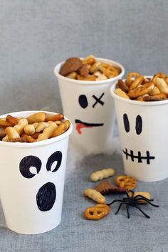 Healthy Halloween treats-- fun food for Halloween or classroom parties - Ghost party cups/snack cups. HE Healthy Halloween treats-- fun food for Halloween or classroom parties - Ghost party cups/snack cups. HEALTHY HALLOWEEN TREATS and SNACKS. Pied Halloween, Halloween Torte, Bonbon Halloween, Pasteles Halloween, Fete Halloween, Happy Halloween, Halloween Series, Creepy Halloween, Halloween Candy