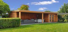 Landelijke terrasoverkapping veranda met berging schuurtje en dubbele deuren vrijstaand in tuin