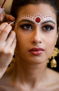 New Bridal Makeup Tutorial Step By Step Maquillaje Ideas Neue Braut Make-up Tutorial Schritt f Bengali Bridal Makeup, Indian Makeup, Asian Makeup India, Indian Face Paints, Makeup Carnaval, Bollywood Makeup, Bengali Bride, Bengali Wedding, Wedding Bride