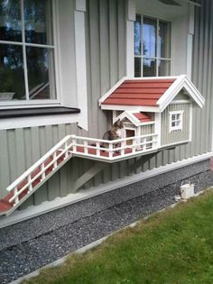 Why is using a dog house a good idea? Most people tend to have the misconception that dog houses are meant for only those dog owners who intend to keep their dogs outside. Outdoor Cats, Outdoor Decor, Cat House Outdoor, Outside Cat House, Niche Chat, Cat Enclosure, Cat Room, Backyard, Patio