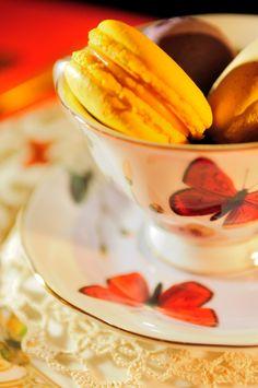 Tea Time con macaron! #tazza #the #ceramica #decorazione #colori #farfalle #ilvizietto