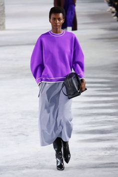 The complete Tibi Fall 2018 Ready-to-Wear fashion show now on Vogue Runway. Purple Fashion, Fashion 2018, Fashion Week, 50 Fashion, Fashion Styles, Womens Fashion, High Fashion Trends, Latest Fashion Trends, Fashion Brands
