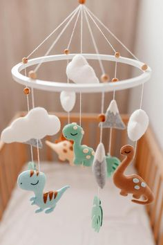 Decoration with insulation tape: see 60 amazing ideas to decorate - Home Fashion Trend Baby Crib Mobile, Baby Cribs, Mobile Kids, Musical Crib Mobile, Dinosaur Nursery, Felt Baby, Baby Baby, Felt Mobile, Baby Dinosaurs