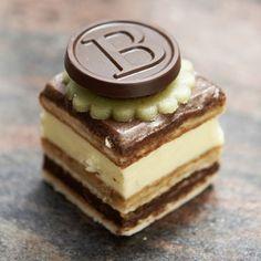 Une pâtisserie Bonnat aux trois chocolats: blanc, noir et lait.�